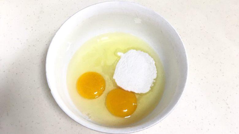 广式马拉糕,往<a style='color:red;display:inline-block;' href='/shicai/ 9'>鸡蛋</a>内加入细砂糖或糖粉,用手动打蛋器搅拌均匀。