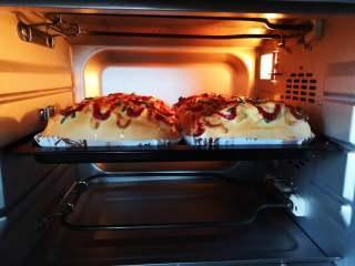 芝士肠仔包,放入预热好的烤箱中下层上火150度,下火160度,烘烤20分钟左右