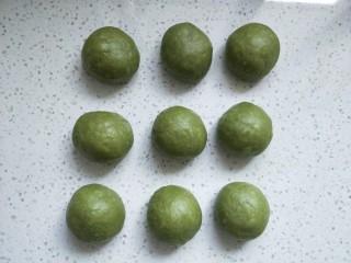 抹茶蜜豆牛奶卷,取出面团轻按排气,平均分成9份,滚圆盖保鲜膜松弛10分钟(冬天松弛15-20分钟)