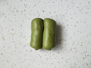抹茶蜜豆牛奶卷,把两端都往中间部位卷起