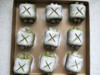 抹茶蜜豆牛奶卷,筛高筋粉,用锋利的刀片在表面划出十字图案