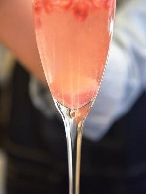 石榴气泡鸡尾酒,往杯中加入10到20毫升的石榴汁