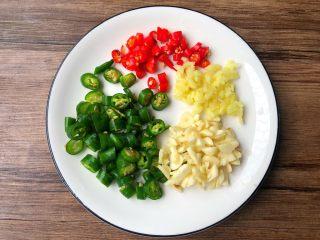 凉拌海带,青尖椒和小米辣清洗干净切圈,生姜蒜头去皮清洗干净切末待用。