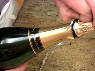 石榴气泡鸡尾酒,撕掉封条后,上酒帽与下面脱离,剥去铝箔酒帽包装
