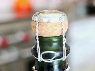 石榴气泡鸡尾酒,剥开铝箔酒帽后,露出的是,带有铁丝网包着的木塞