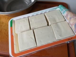 红烧豆腐丸子,准备半盒豆腐。