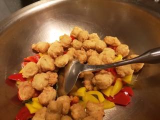 红烧豆腐丸子,最后再下入炸好的豆腐丸子。