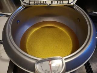 红烧豆腐丸子,锅内加入油140度开始炸。