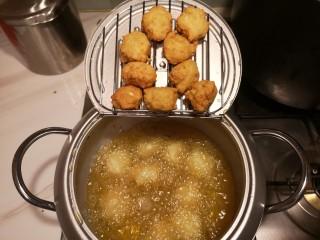 红烧豆腐丸子,炸至金黄就可以出锅了,控干多余的油。