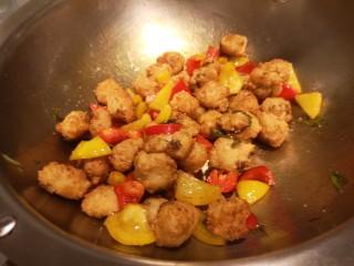 红烧豆腐丸子,加入盐,鸡精。
