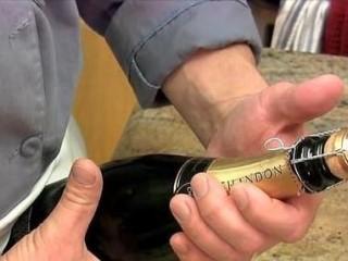 石榴气泡鸡尾酒,左手用大拇指紧紧按住木塞顶部后,右手才慢慢去拧开铁丝网上的扣子,不要让木塞弹出去