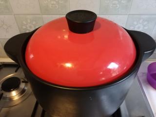 脊骨玉米汤,盖上锅盖儿。煲一个小时。