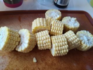 脊骨玉米汤,切成小段儿。
