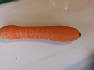 麻辣豆皮儿,一根很小的胡萝卜,或者是半根儿大的胡萝卜。
