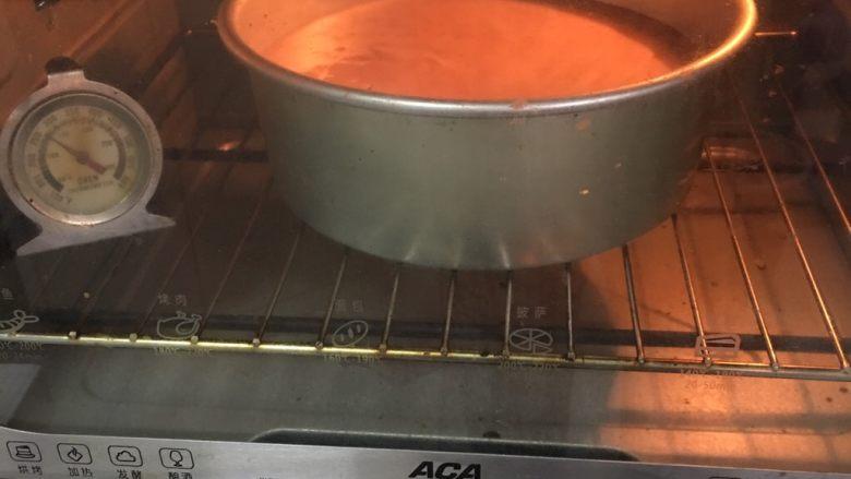 可可毛坯蛋糕,烤箱预热至150度,烤制40分钟。