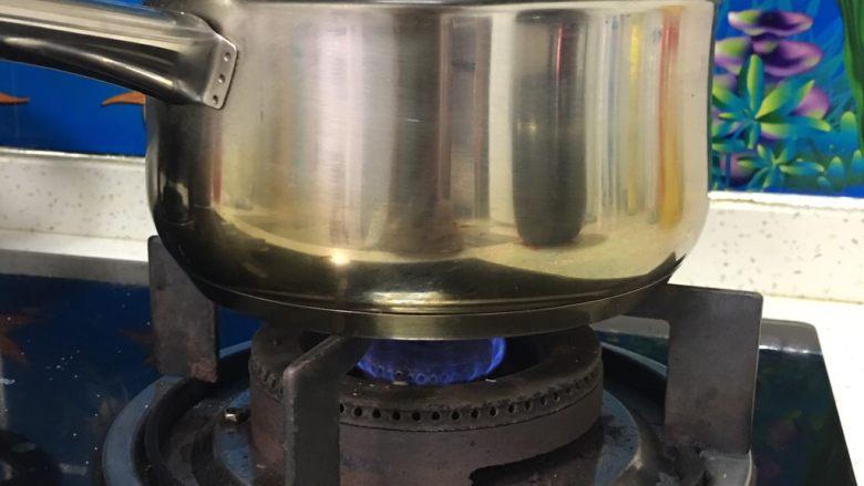 可可毛坯蛋糕,<a style='color:red;display:inline-block;' href='/shicai/ 140122'>玉米油</a>放煤气灶上加热至小沸腾。