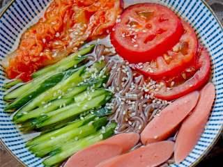朝鲜冷面,吃时把伴菜与面条拌好,再配以咸菜或泡菜,即可食用。