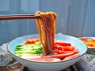 朝鲜冷面,炎热的夏天,吃上一碗酸甜可口的朝鲜冷面该是一件多么惬意的事情啊
