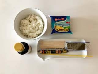 轻松熊雪糕饭团 ,准备好食材,米饭我用的是剩饭,新米饭也可以,水稍微少放一些,加了酱油后会比较湿,太湿不好固定雪糕棍。意大利面在这里就起到链接的作用。