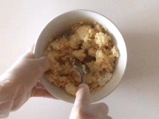 轻松熊雪糕饭团 ,在米饭中加入儿童酱油拌匀。