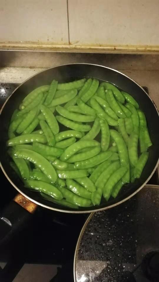 荷兰豆炒香肠,起锅烧热水,加入一勺盐,几滴食用盐,下荷兰豆焯水一分钟。