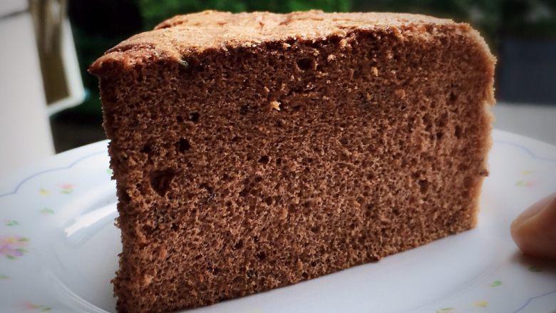 可可毛坯蛋糕,切开就可以品尝了。