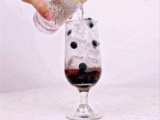 颜值高+口感好!微醺少女的甜美酒单,夏天喝这个就对了!,沿冰块倒入茉莉绿茶茶汤