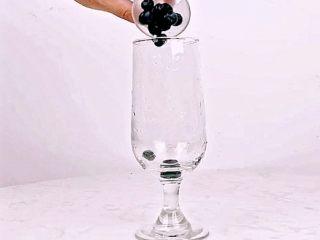 颜值高+口感好!微醺少女的甜美酒单,夏天喝这个就对了!,将新鲜<a style='color:red;display:inline-block;' href='/shicai/ 623/'>蓝莓</a>放入杯中