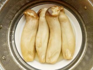 凉拌手撕杏鲍菇,杏鲍菇洗净上锅大火蒸15分钟至熟。蒸杏鲍菇的同时将大蒜切末,葱切葱花,小米辣切圈。