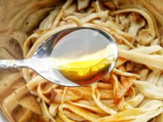 凉拌手撕杏鲍菇,一勺香油。
