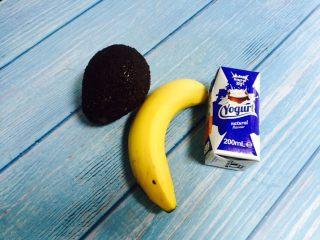 香蕉牛油果奶昔,准备好食材:牛油果、香蕉、酸奶