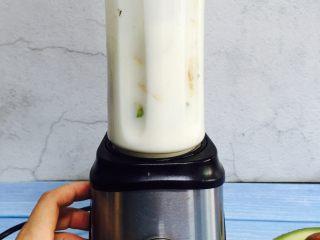 香蕉牛油果奶昔,倒扣在果汁机上拧紧,摁启动键开始工作。30秒完成工作!
