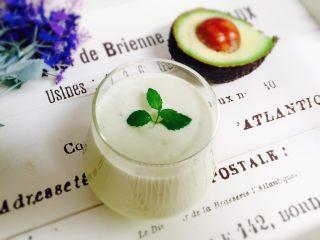 香蕉牛油果奶昔,倒入漂亮的玻璃杯,薄荷叶装饰。