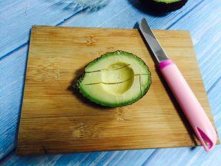 香蕉牛油果奶昔,在牛油果上打花刀