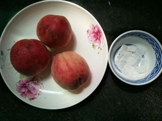糖水桃汁,桃子三个,冰糖适量