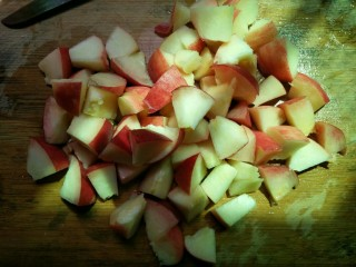 糖水桃汁,用刀切成小块