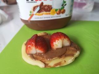 酸奶小松饼,可以配上巧克力酱和草莓。更美味。