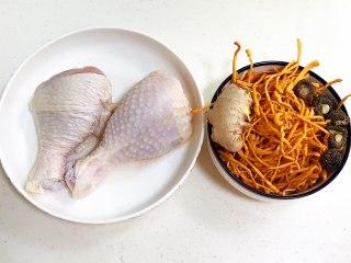 虫草花蒸鸡腿,备好需要的食材。
