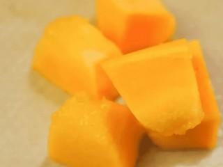 补钙鲜嫩虾糕,南瓜去皮去瓤后,切成小块
