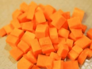 补钙鲜嫩虾糕,胡萝卜去皮,切成小丁