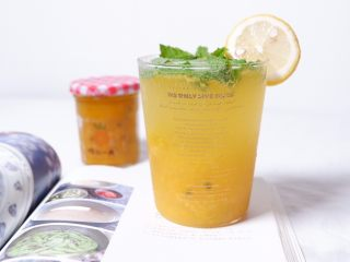 续命香芒百香果冰格吃法,加薄荷和柠檬点缀,一杯高颜值的续命的香芒百香果苏打水就完成了