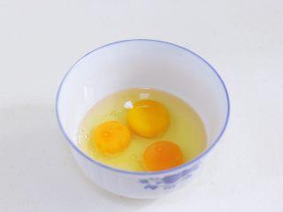 蛤蜊蒸蛋,鸡蛋打入碗中,加入盐。