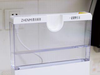 蛤蜊蒸蛋,往臻米蒸汽料理机的水箱中加入适量的纯净水,不要低于最低或高于最高水位线。