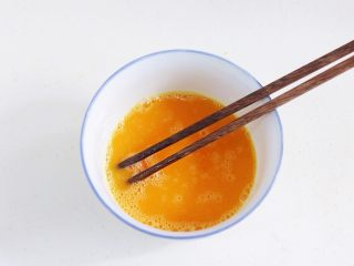 蛤蜊蒸蛋,用筷子搅打均匀。