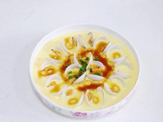 蛤蜊蒸蛋,往蒸好的蛤蜊蛋羹中淋入调料汁,撒上葱花。