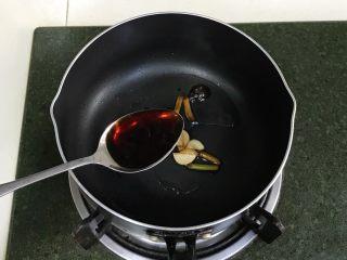 蛤蜊蒸蛋,关火后倒入生抽拌匀,拣出葱蒜,留调料汁备用。