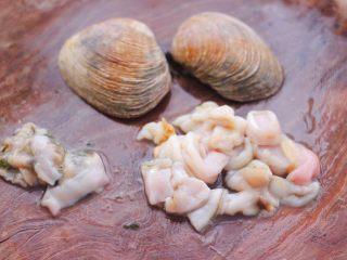 天鹅蛋白菜海鲜小炒,把天鹅蛋的肉全部取出来,去掉内脏不要,洗净后用刀切成小块备用。