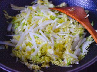 天鹅蛋白菜海鲜小炒,这个时候放入大白菜,大火快速翻炒均匀。