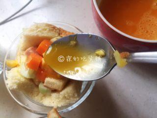 快手早餐 杂蔬芝士吐司盏,再把蛋液浇上去。