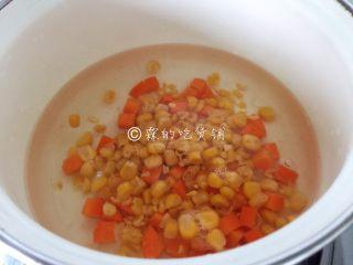快手早餐 杂蔬芝士吐司盏,玉米粒和胡萝卜丁开水里汆烫一下,捞出。